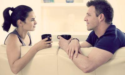 девушка и парень смортят друг на друга и пьют кофе