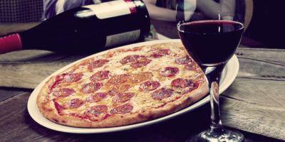 пицца и вино в одиночестве