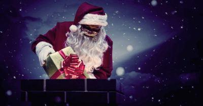 санте опускает подарки в дымоход