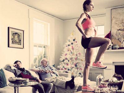 тонус после праздников девушка занимается спортом на столе