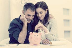 молодая семья составляет семейный бюджет