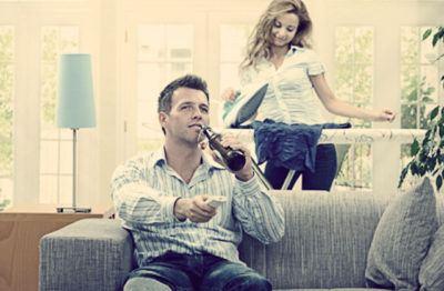 муж эгоист на диване жена гладит белье