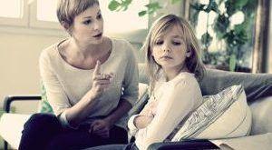 мать воспитывает дочь