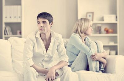 муж и жена на диване обида