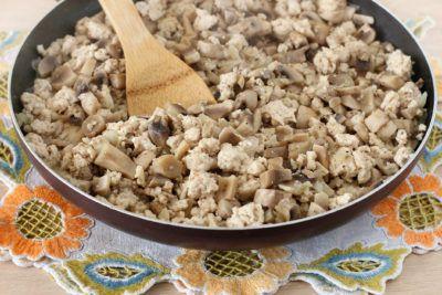 Запеканка из капусты, грибов и куриного фарша