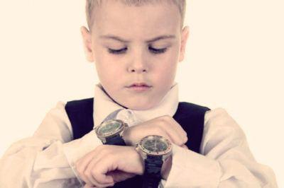 мальчик с часами на руке