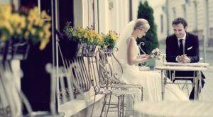 невеста и жених в уличном кафе. уменьшаем свадебный бюджет