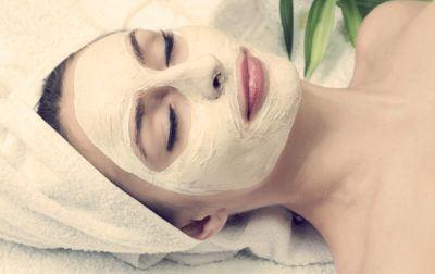 женщина с омолаживающей маской на лице