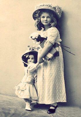 девочка с куклой антикварной