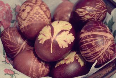 пасхальные яйца в луковой шелухе с рисунком