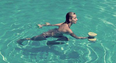аквааэробика с гантелями
