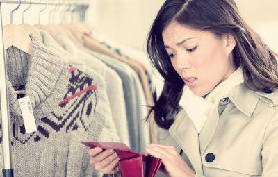 женщина в магазине не может купить вещь