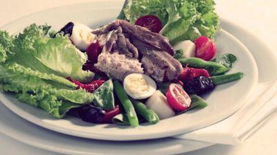 Салат с яйцами и тунцом