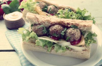 Сандвич с мясными шариками