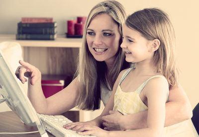 мать и дочь за компьютером