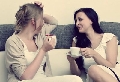 женщина говорит с подругой о важном