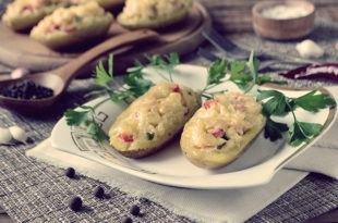 Картофельные лодочки с начинкой в духовке: рецепт с фото