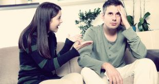 женщина говорит с мужем