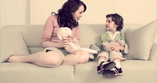 мать и сын играют в игрушки