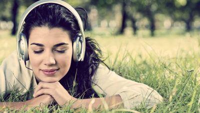 девушка слушает аффирмации