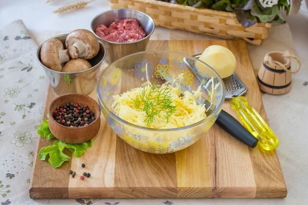 Картофельные драники с фаршем и грибами