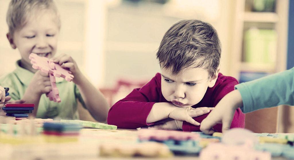 с ребенком не играют в детском саду