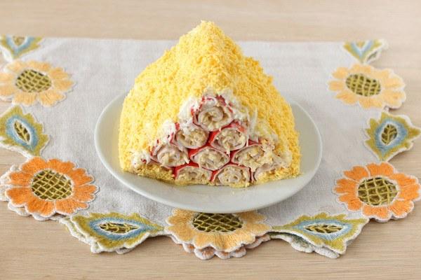 Салат из фаршированных крабовых палочек «Монастырская изба»
