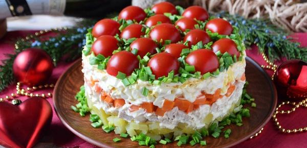 Торт из куриного филе: оформление салата на праздничный стол