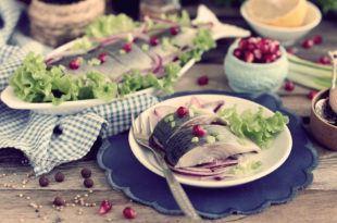 Как посолить селедку вкусно и быстро в рассоле