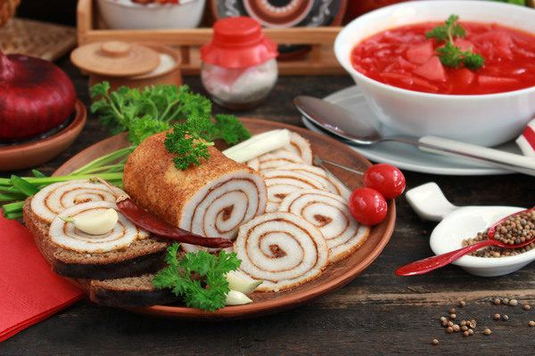 Солёное сало по домашнему с чесноком в форме рулета