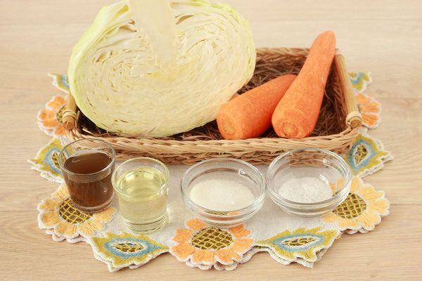 Салат из свежей капусты и моркови с уксусом и маслом