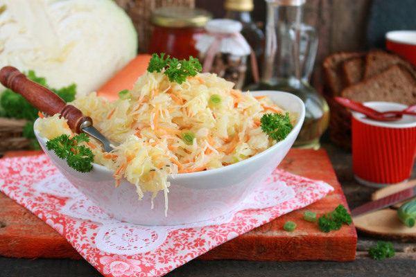 Салат со свежей капустой и морковью с уксусом «Как в столовой»