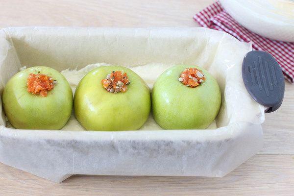 Запеканка из творога с яблоками, фаршированными сухофруктами