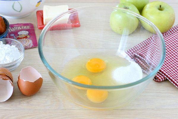 творожник с яблоками в духовке