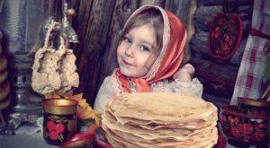 девочка с блинами на масленице