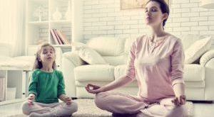 мама с дочкой медитируют дома