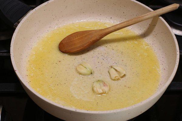 мидии в соевом соусе с чесноком на сковороде